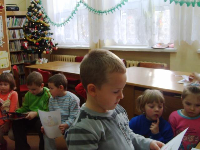 Filia Ciągowice - Wizyta przedszkolaków w bibliotece - dopasowywanie ilustracji