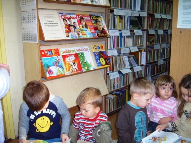 Filia Ciągowice - Wizyta przedszkolaków w bibliotece - oglądanie książek