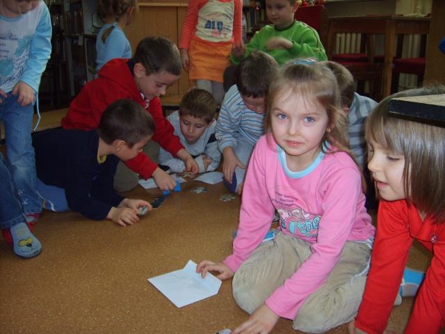 Filia Ciągowice - Wizyta przedszkolaków w bibliotece - układanie puzzli