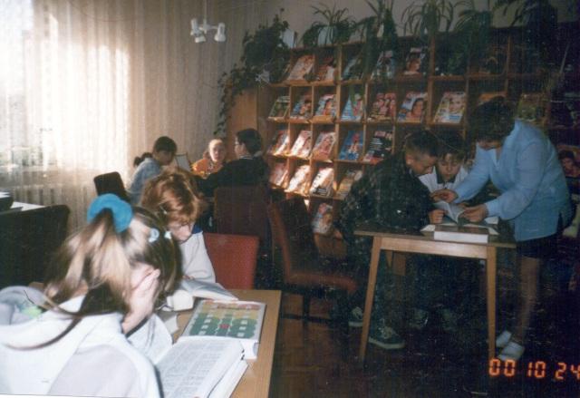 Lekcja biblioteczna dla uczniów (październik 2000 r.)