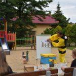 fotografia - pszczelarz omawia budowę pszczoły