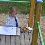 Fotografia dziewczynki malującej w parku