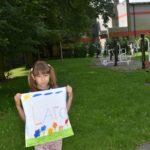 Fotografia dziewczynki i zrobionej przez nią poszewki