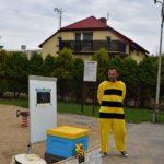 Fotografia pszczelarza prowadzącego zajęcia dla dzieci