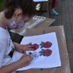 Fotografia nastolatki rysującej róże