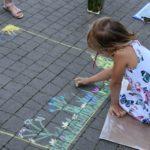 Dziecko rysujące kredą - fotografia 2