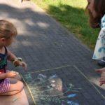 Dziecko rysujące kredą - fotografia 1