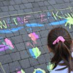 Dziecko rysujące kredą - fotografia 3