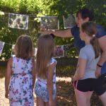 Fotografia dzieci w trakcie wakacyjnych zajęć