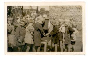 Fotografia z lat 50. XX wieku przedstawia przedszkolaków na Młynku