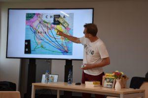 Cezary Borowy pokazujący trasy przemytnicze opisane w książce