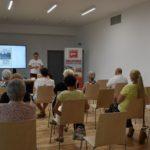 Zdjęcie prezentujące publiczność zgromadzoną na spotkaniu autorskim