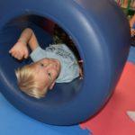 Chłopiec w tunelu sensorycznym