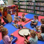 Dzeci z grupy 1 grające na instrumentach