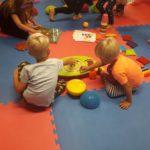 Dzieci bawiące się planszami sensorycznymi
