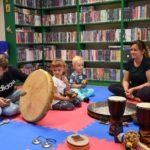 Dzieci z grupy 2 grające na instrumentach