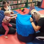 Dziecko korzystające z tunelu sensorycznego