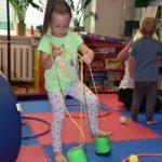 Dziewczynka ćwicząca równowagę