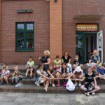 Gra miejska - zdjęcie grupowe uczestników pod Izbą Tradycji w Łazach