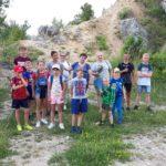 Jurajscy odkrywcy - grupowe zdjęcie na tle kamieniołomu