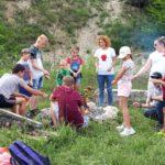 Jurajscy odkrywcy - uczestnicy przy ognisku