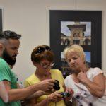 Prowadzący omawia fotografie uczestnikow warsztatów