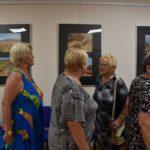 Uczestnicy spotkania Rajskie wyspy ogladający wystawę