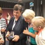 Uczestnicy warsztatów przeglądają zdjęcia w aparacie
