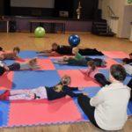Ćwiczenia rozciągające w grupie 1