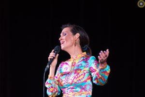 Śpiewająca Olga Bończyk