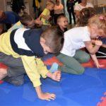 Dzieci ćwiczące koordynację ruchową