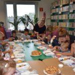 Dzieci biorące udział w warsztatach kultura i słodycz