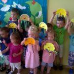 Dzieci prezentujące ośmiornice powstałe w trakcie wakacyjnych zajęć w filii nr 4