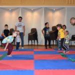 Dzieci skaczące na szarfach