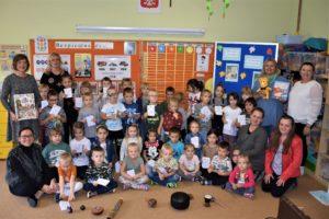 Dzieci uczestniczące w spotkaniu Kultura słowa z Katarzyną Kozłowską