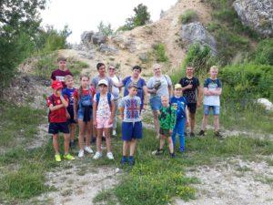 Grupa młodzieży w kamieniołomie w Niegowonicach