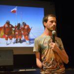 Jasiek Mela prezentujący fotografie z wypraw