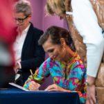 Olga Bończyk podpisująca autograf fance