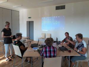 Uczestnicy kursu komputerowego Śląska Akademia seniora w budynku KTS