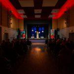 Widok na salę ośrodka kultury w trakcie koncertu Olgi Bończyk
