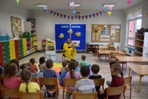 Pan Michał czyta przedszkolakom książkę