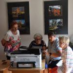 Seniorki ćwiczące skanowanie dokumentów