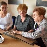 Seniorki oglądające album starych zdjęć
